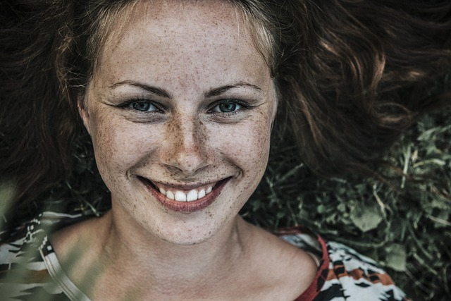nasmejana devojka bez šminke